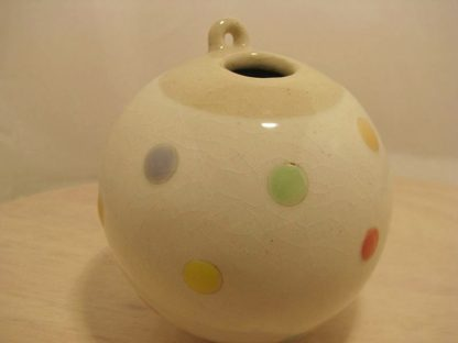 Kleine Vase mit pastellfarbenen Punkten