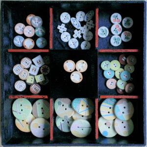Schachtel mit Keramik Kleiderknöpfen in verschiedenen Grössen